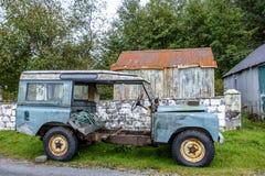 Rétro véhicule abandonné images stock