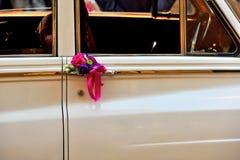 Rétro véhicule avec des fleurs image stock