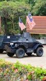 Rétro véhicule blindé avec le drapeau malaisien Photos stock