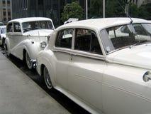 Rétro véhicules de mariage blanc image stock