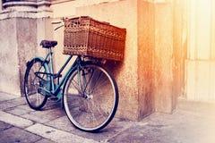 Rétro vélo avec le grand panier Image stock