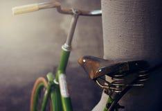 Rétro vélo vert attaché au câble anti-vol photographie stock