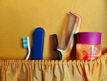 Rétro valise avec la brosse à dents, les peignes et les vêtements emballés photos stock
