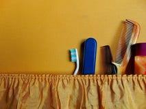 Rétro valise avec la brosse à dents, les peignes et les vêtements emballés photo stock