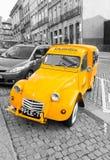 Rétro version automobile de cargaison de Citroen 2CV - isolement sélectif de couleur Images libres de droits