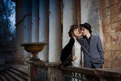 Rétro verticale dénommée de mode d'un jeune couple. Images libres de droits