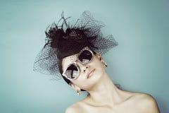 Rétro verticale de femme Chapeau démodé de port de fille de style de vintage photographie stock libre de droits