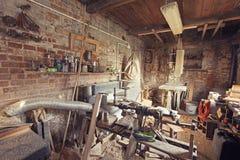 Rétro vieil intérieur modifié la tonalité d'atelier de charpentier Photos stock