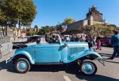 Rétro voiture bleue sur l'exposition de l'exposition automatique de vintage à Tbilisi Image stock