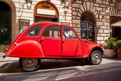 Rétro voiture de Citroen 2CV6 à la rue de ville Photographie stock libre de droits