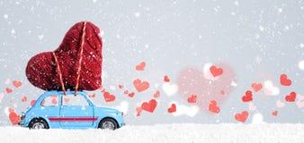 Rétro voiture de jouet avec le coeur de Valentine Images libres de droits