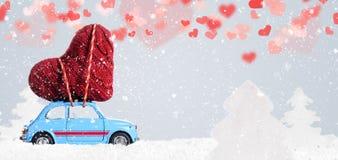 Rétro voiture de jouet avec le coeur de Valentine Image stock