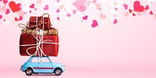 Rétro voiture de jouet avec le coeur de Valentine Images stock