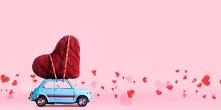 Rétro voiture de jouet avec le coeur de Valentine Photos libres de droits