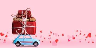 Rétro voiture de jouet avec le coeur de Valentine Photos stock