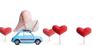 Rétro voiture de jouet avec le coeur de Valentine Photo libre de droits