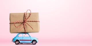 Rétro voiture de jouet avec le coeur de Valentine Image libre de droits
