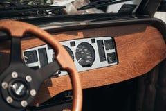 R?tro voiture de mariage de torpille avec les d?corations en bois images stock