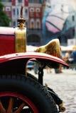 Rétro voiture rouge avec des parties de laiton Photo libre de droits