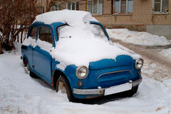 Rétro voiture sous la neige Image libre de droits