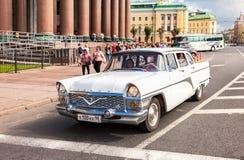 Rétro voiture soviétique Chaika GAZ-13 sur la rue de ville dans le sunn d'été images stock