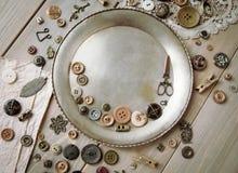 Rétros accessoires de couture et accessoires pour la couture Bobines de fil, goupilles, boutons, rubans sur les conseils blancs C images stock