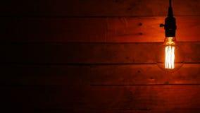 Rétros ampoules accrochantes urbaines sur le fond en bois banque de vidéos