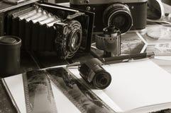 Rétros appareils-photo de photo sur une table Photo stock