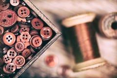 Rétros boutons rouges et fil dénommés fanés Photo stock