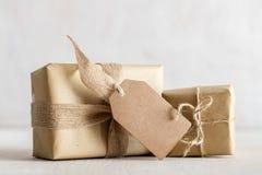 Rétros cadeaux rustiques, boîtes actuelles avec l'étiquette Temps de Noël, enveloppe de papier d'eco Photo stock