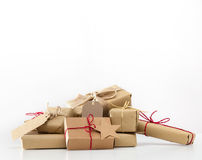 Rétros cadeaux rustiques, boîtes actuelles Temps de Noël, enveloppe de papier d'eco Images stock
