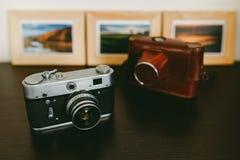 Rétros cadres d'appareil-photo et de photo de vintage sur la table en bois Images libres de droits