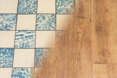 Rétros carreaux de céramique et plancher moderne de vinyle Concept de rénovation de logement image stock