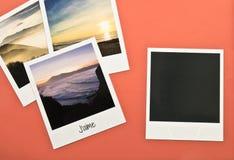 Rétros cartes instantanées de cadres de photo du vintage quatre sur le fond rouge avec des images de nature Photographie stock libre de droits