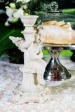 Rétros chandeliers avec des bougies sur une table sur le fond de boulangerie photos libres de droits