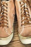 Rétros chaussures et dentelles de gymnase de style prises le plan rapproché Photo stock