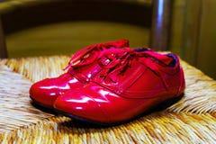 Rétros chaussures rouges démodées de fille Photographie stock