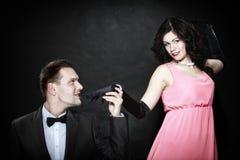 Rétros couples attrayants sur le fond noir Photos stock