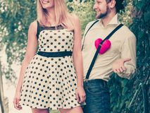Rétros couples de style dans l'amour avec le coeur rouge Photographie stock