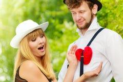 Rétros couples de style dans l'amour avec le coeur rouge Photos stock