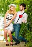 Rétros couples de style dans l'amour avec le coeur rouge Images libres de droits