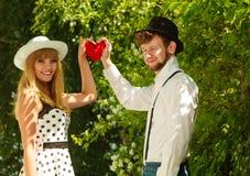 Rétros couples de style dans l'amour avec le coeur rouge Photographie stock libre de droits