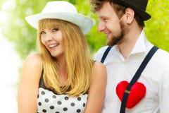 Rétros couples de style dans l'amour avec le coeur rouge Image stock