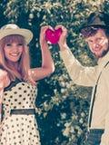 Rétros couples de style dans l'amour avec le coeur rouge Image libre de droits