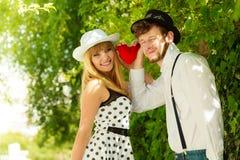 Rétros couples de style dans l'amour avec le coeur rouge Photo stock