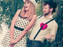 Rétros couples de style dans l'amour avec le coeur rouge Photo libre de droits