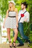 Rétros couples de style dans l'amour avec le coeur rouge Images stock