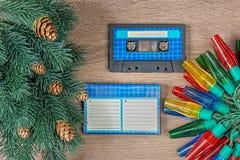 Rétros décorations bleues de cassette sonore et de Noël sur le fond en bois de bown photos libres de droits