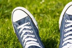Rétros espadrilles sur l'herbe verte Photographie stock libre de droits