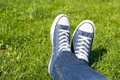 Rétros espadrilles sur l'herbe verte Photographie stock